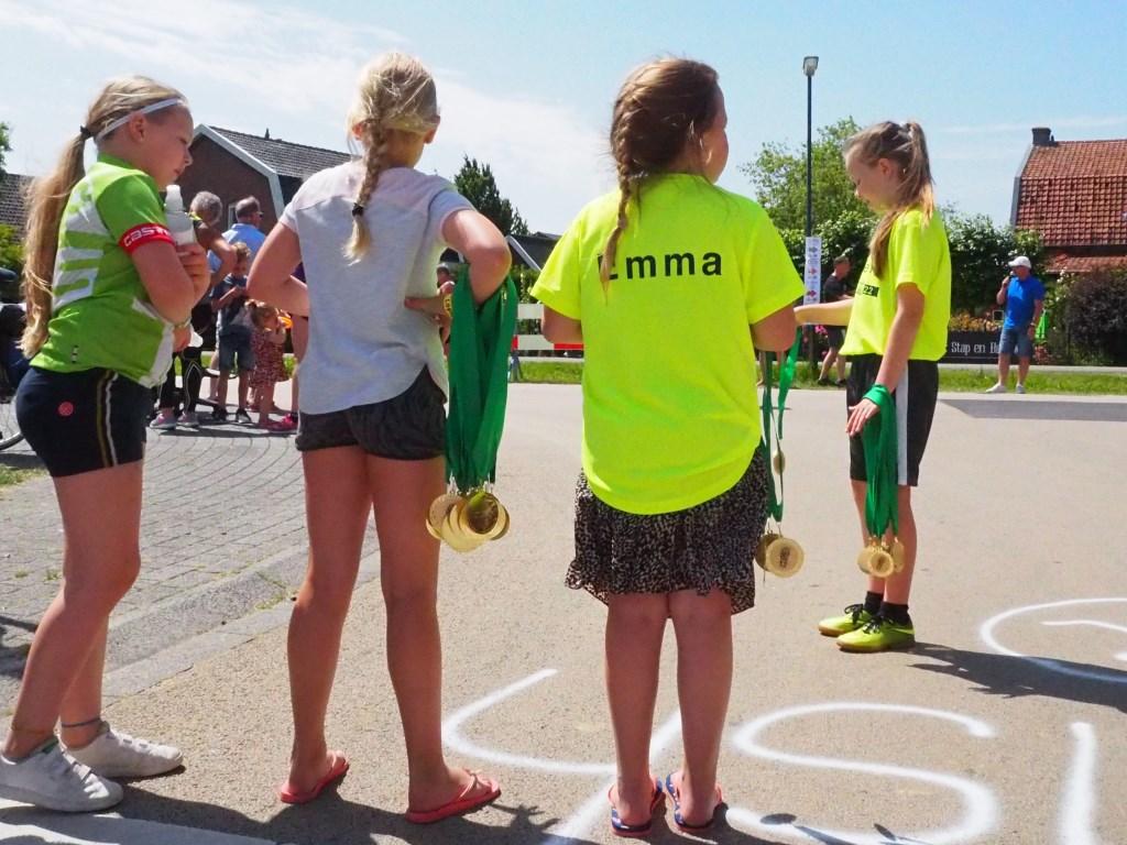 Deze dames delen met veel toewijding medailles uit.  Tanja Vlieger © BDU media