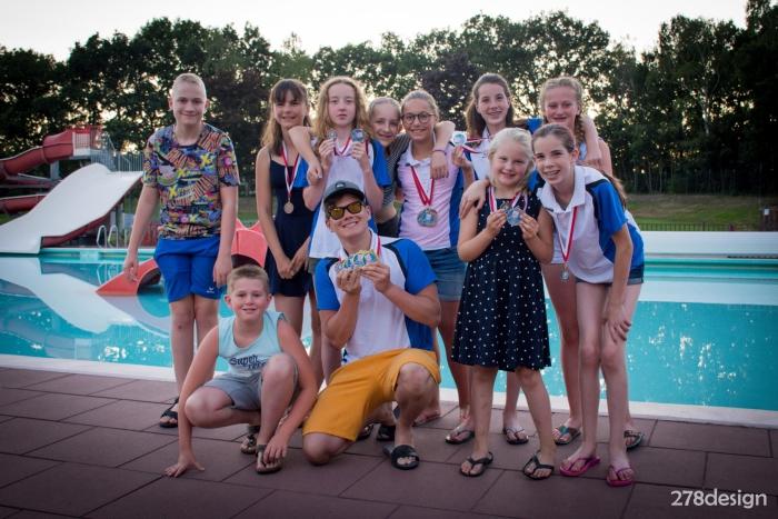De zwemmers van Z&PC Triton Putten met hun medailles Kim Ligtermoet © BDU media
