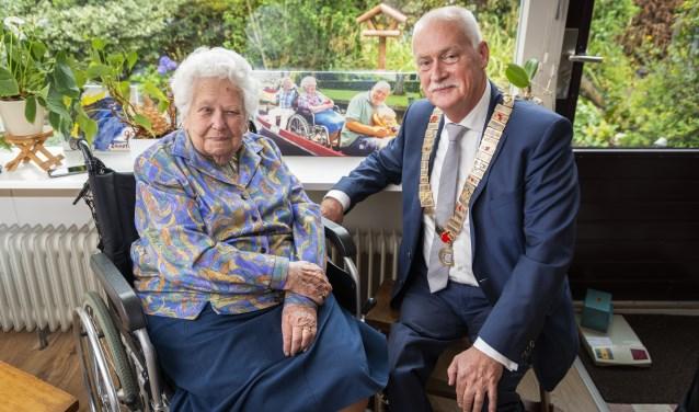 Burgemeester Asje van Dijk wilde de kans niet missen om de bijna 100-jarige Nely Jasper-Van Roon te feliciteren met haar verjaardag.