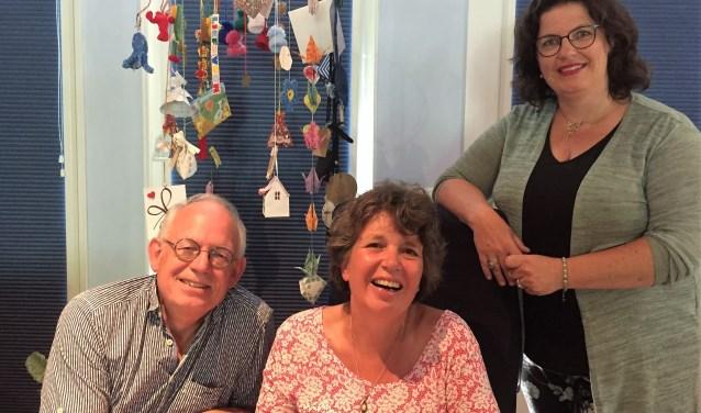 Mirjam Schaap te midden van haar vrienden, en mede-organisatoren van de ALS-benefietactie, Wichert Eikelenboom en Carine Roos.