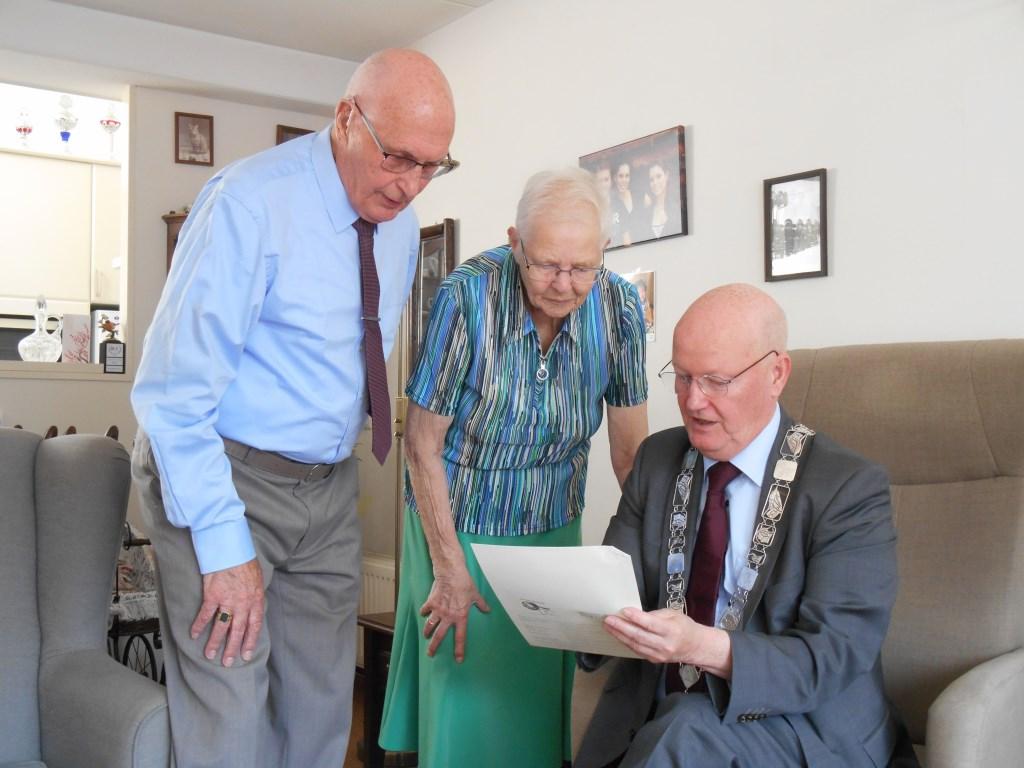 Burgemeester van Bennekom overhandigt Adrie en Gerda van Dijk een kopie van de huwelijksakte uit 1959. Het verhaal van dit bruidspaar kunt u lezen op Bunniksnieuws.nl.
