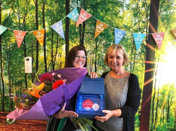 Linda van Dijk (l) ontvangt prijs van SBB