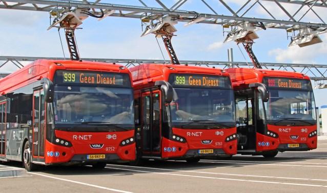 Elektrische bussen worden opgeladen bij Connexxion in Amstelveen. Bussen beschikken daarvoor over een pantograaf op het dak.