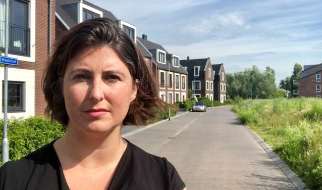 Wethouder Barbara de Reijke in wijk Tuindorp in Ouderkerk Zuid.