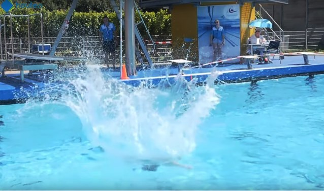 Met een grote plons springt Bart van Zon in het water. Helaas kwamen zijn spetters net niet hoog genoeg.