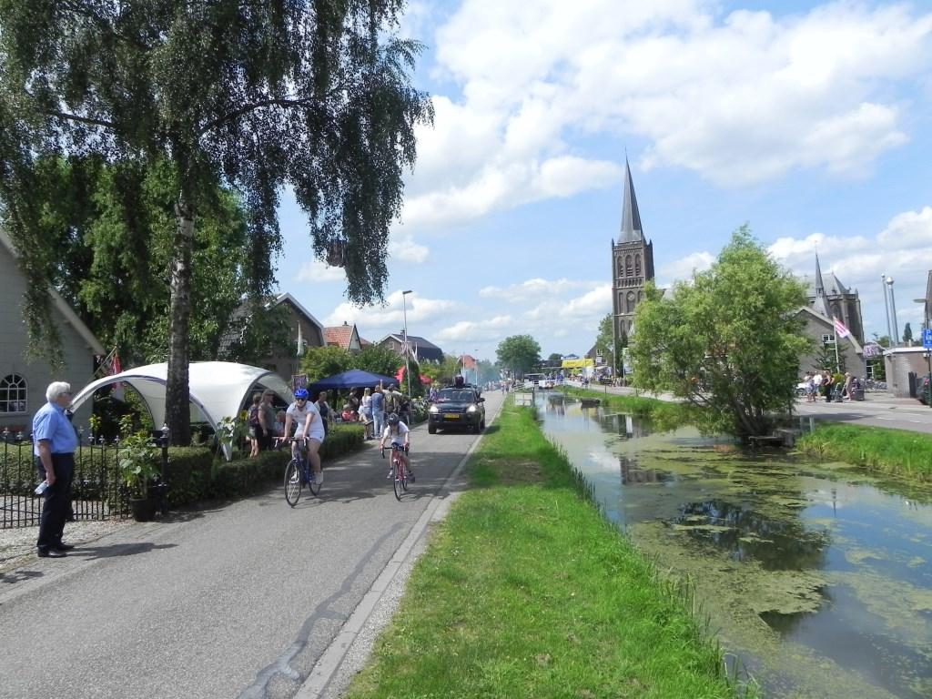 Veel mensen zaten gewoon voor hun huis te genieten van de Tour de Schalkwijk. Richard Thoolen © BDU media