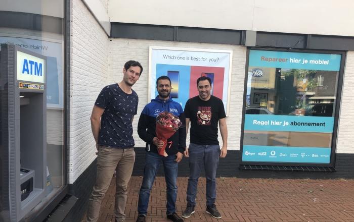 Voormalige eigenaren Robert en Tarik (links en rechts) en nieuwe eigenaar Mehmet (midden)