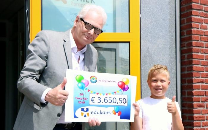 Dhr. Henk van der Leen krijgt de cheque overhandigd Wim van der Pijl © BDU media