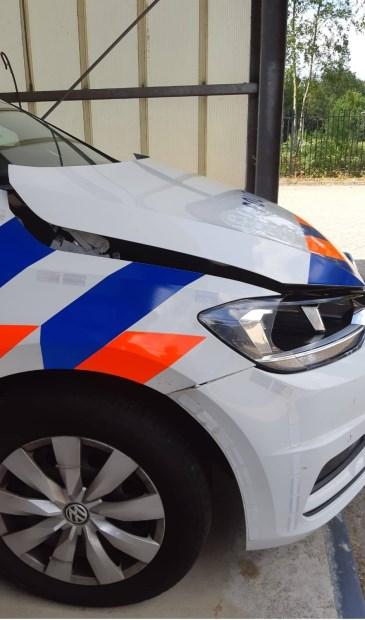 Het beschadigde politievoertuig. Politie.nl © BDU Media