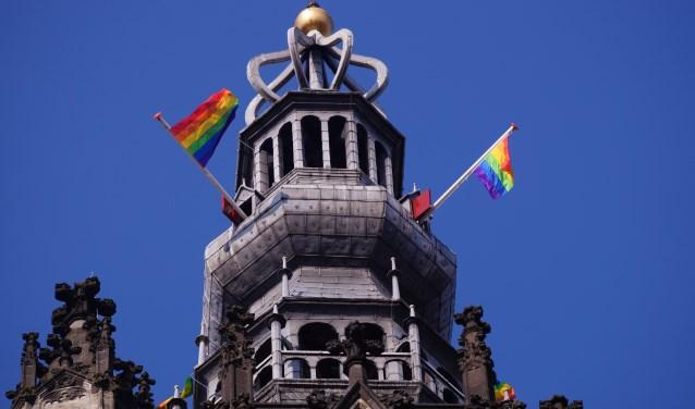 Regenboogvlaggen op de toren