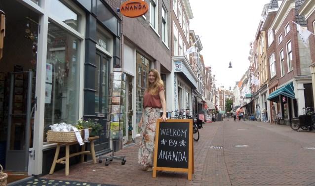 Eigenaresse Shirley van Woerkom heet iedereen van harte welkom in de nieuwe sfeervolle Ananda winkel in de Kleine Houtstraat.