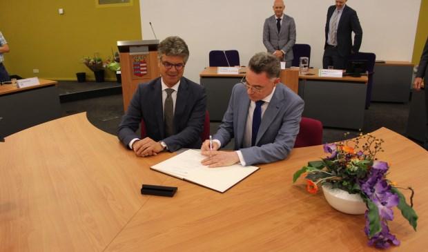 Gilbert Isabella ondertekent de akte als nieuwe burgemeester van Houten