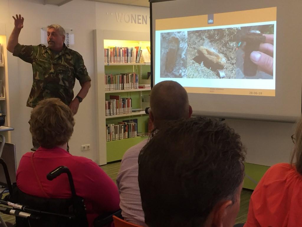 EOD-kapitein Hans van der Zwet liet ook voorbeelden van hoe oude explosieven worden aangetroffen.