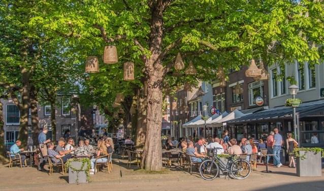 Volle terrassen tijdens de warmte, maar niet iedereen is bestand tegen hitte. Heeft Gorinchem wel een lokaal hitteplan?