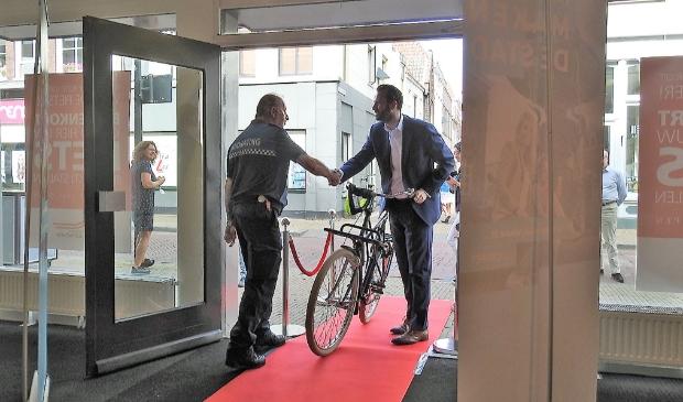 <p>De opening van de fietsenstalling door wethouder Joost van der Geest in 2019</p>