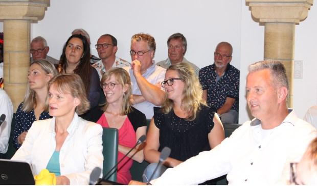 De raadsvergadering met rechts Marco van de Hoef, die onder grote belangstelling zijn initiatiefvoorstel verdedigde.