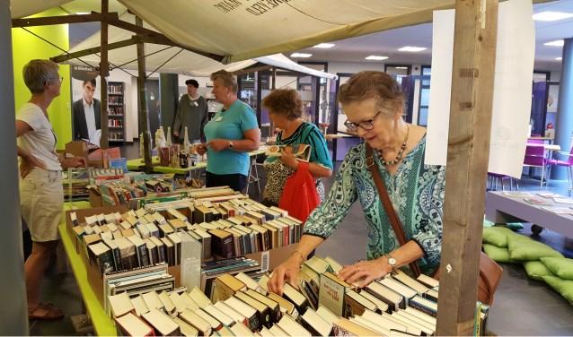 Snuffelen tussen de  honderden 'afgeschreven' boeken