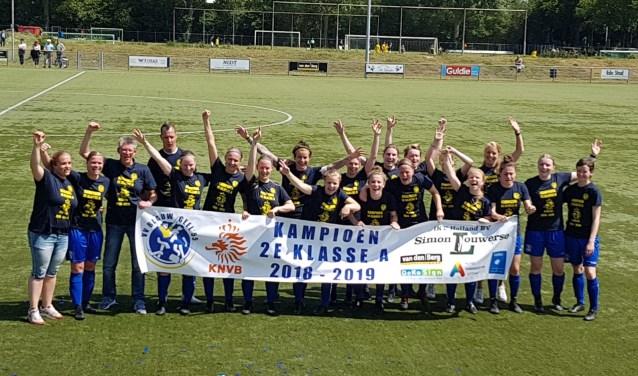 De vrouwen van Blauw Geel'55 vieren hun promotie.