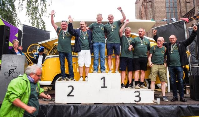 De rennertjes van toen mogen nu (ook) op het podium om de speciale beker voor 'De Vurigste Renner' in ontvangst te nemen. Zij fietsen de Tour de Schalkwijk in 1970, en ook de seniorenrit in 2019.