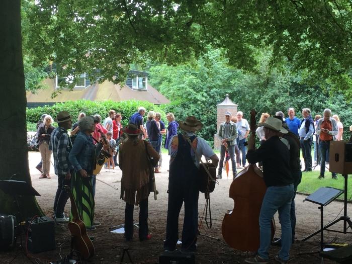 Blueberry Blossom speelde bluegrass muziek en vonden goed gehoor. Koepelcommissie © BDU media