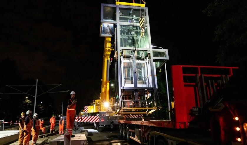 Aan de Amstelveenlijn wordt ook vaak 's nachts gewerkt, zoals hier eind vorige week bij het plaatsen van de lift op de halte Onderuit.