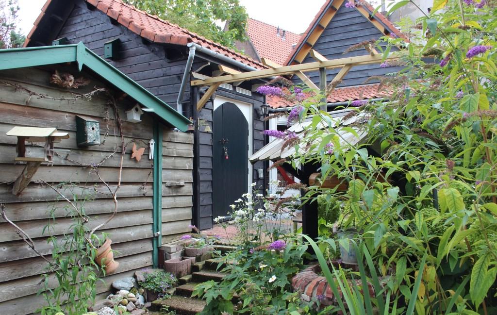 De tuin is knus met veel vlinders lokkende planten. Ria Scholten © BDU media