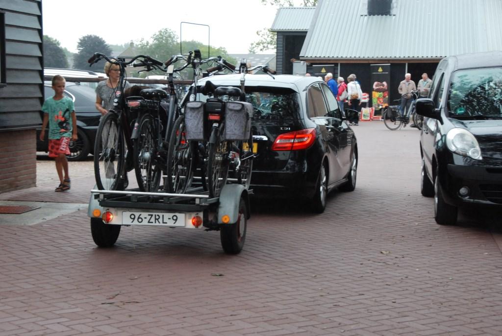 Fietsen voor deelnemers worden op een aanhangwagentje aangevoerd. Adriaan Hosang © BDU media