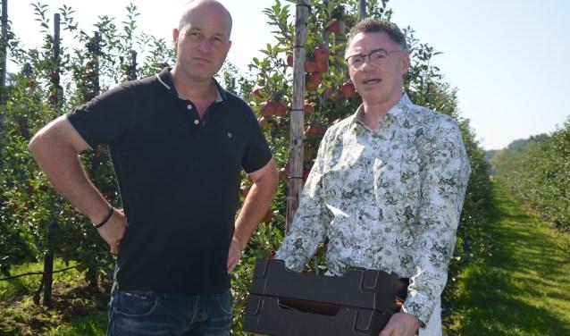 Cornelis Uijttewaal overhandigt het kistje appels aan burgemeester Gilbert Isabella