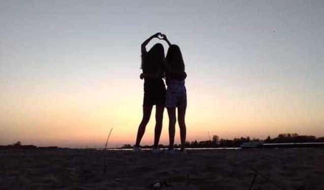Laura Smits en haar beste vriendin gingen naar het strandje in Woudrichem met zicht op Gorinchem.