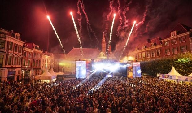 Op de Grote Markt van Haarlem staat deze week weer een podium voor Haarlem Jazz and More. Tijdens de afsluiting van DJ Jean was er vuurwerk op de Grote Markt.