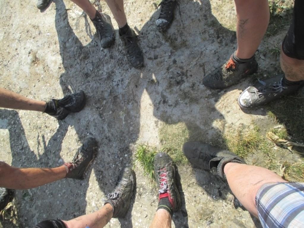 Baggerschoenen en vermoeide benen na de overtocht over het wad naar Ameland, een wandeltocht van 3 uur. Eef Goes © BDU media