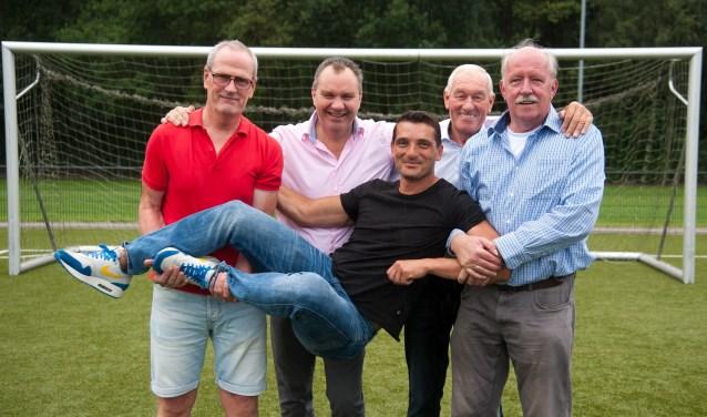 Toernooiorganisatie met v.l.n.r. Otto Okkersen, Roland Holdinga, Hans van Vugt, Helmert Lokhorst en 'hangend' Dennis Prij.
