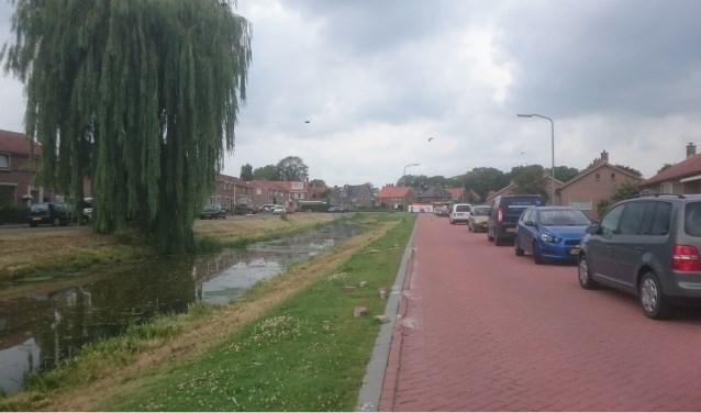 Op de Elzengriend hebben vrachtwagens met puin van Oud Goezate straatstenen bij de sloop kapot gereden.