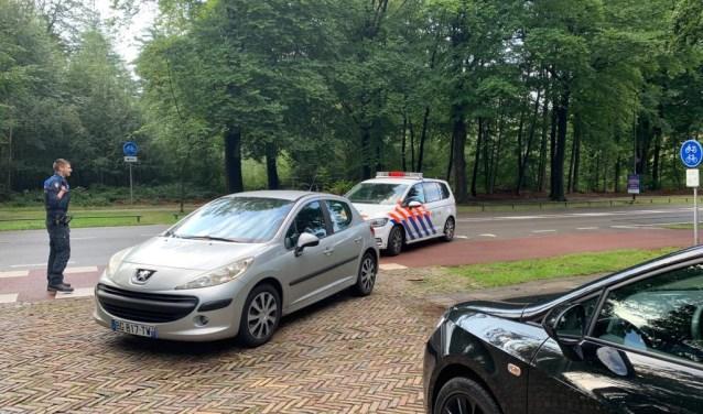 De achtergelaten auto op de prinses Beatrixlaan.