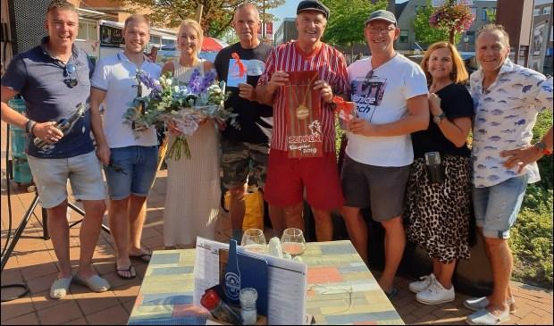 V.l.n.r. de juryleden Gaby de Gruil, chefkok Bergpaviljoen Bistronomique, Nick Gemke van de keukenbrigade, Anita Zwanenburg-van de Bor, Vino Mara, en de drie winnaars, Ans en Cor Horst, uitbaters en organisatoren van Grandcafé De Haen.