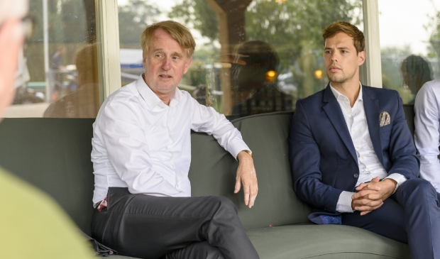 Dick Benschop en Jurgen Nobel in overleg met bewoners.