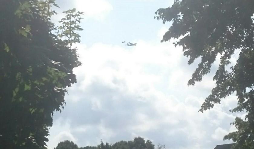 Je moet even goed kijken maar op de foto vlogen een straaljager en een transportvliegtuig van defensie vlak bij elkaar boven Werkendam.