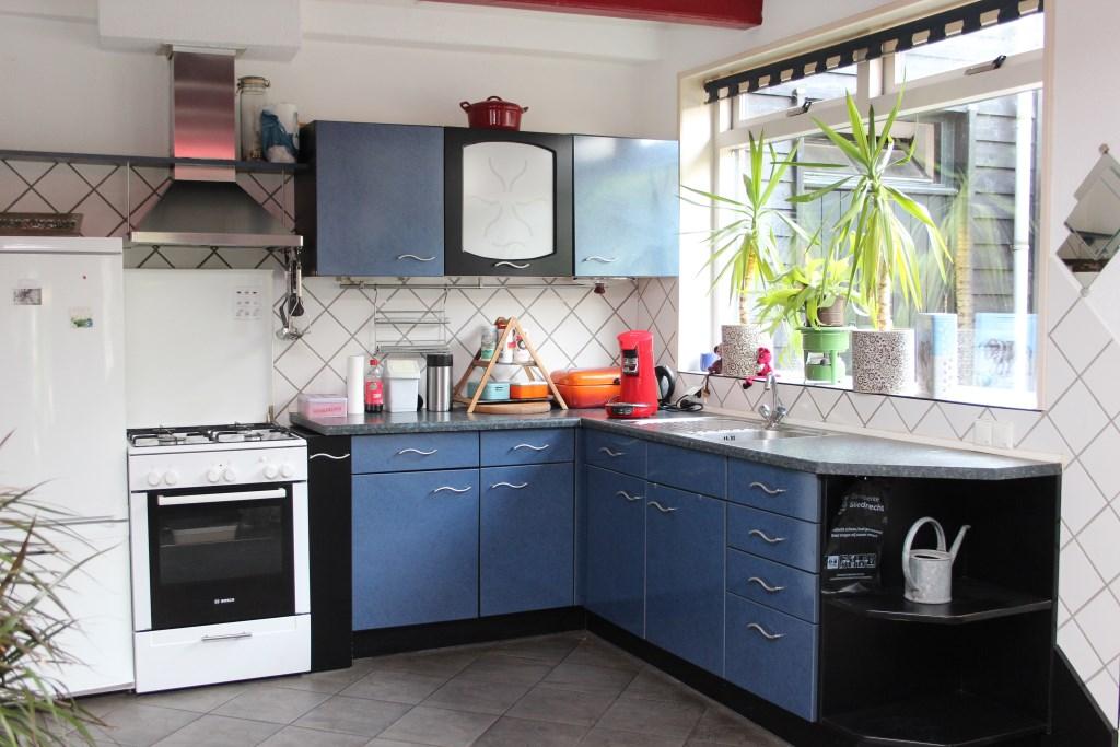 De blauwe keuken is door Jan ontworpen en vervaardigd. Ria Scholten © BDU media