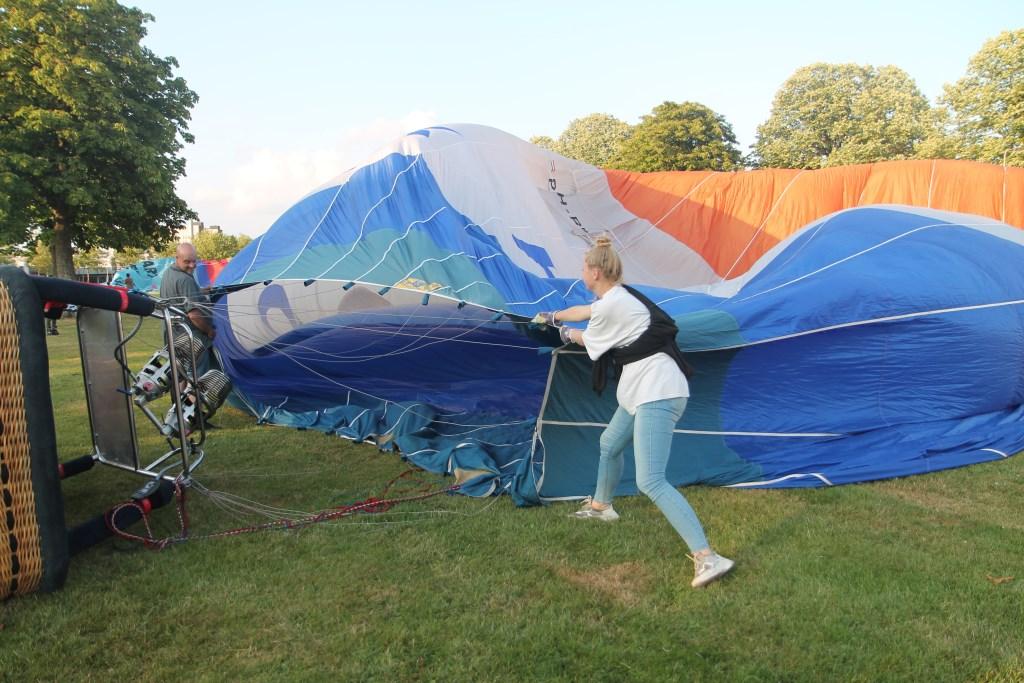Kayleigh en haar vader moeten de ballon open houden voor het inblazen van de lucht Hannie van de Veen © BDU media