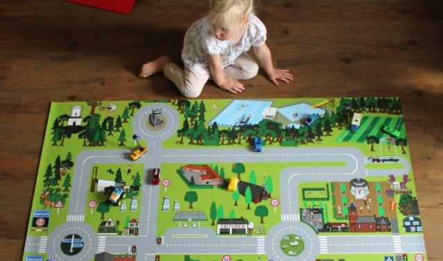 Eva zit al gelijk te spelen met de autootjes op het Leersum-sp