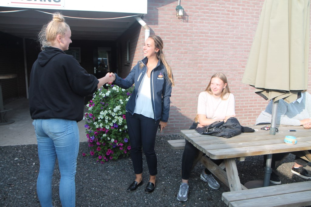 Tessa van Barneveld feliciteert Kayleigh namens de Rabobank Hannie van de Veen © BDU media