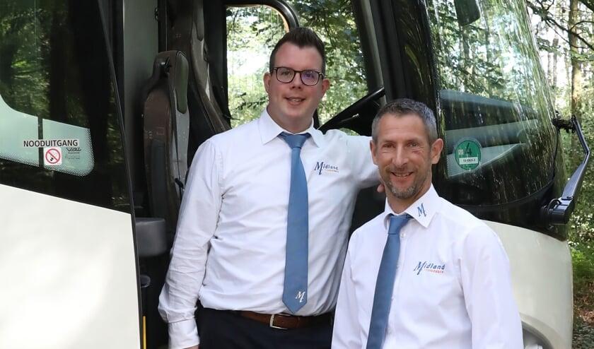 Touringcarchauffeurs Roel Arends en Gijs Beijers nemen hun passagiers eropuit.