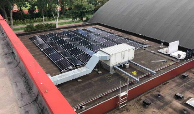<p>Zonnepanelen op het dak van het sportcentrum Startbaan in Amstelveen. De verduurzaming van het complex werd eerder mede mogelijk gemaakt met subsidie van de gemeente en het Rijk.</p>