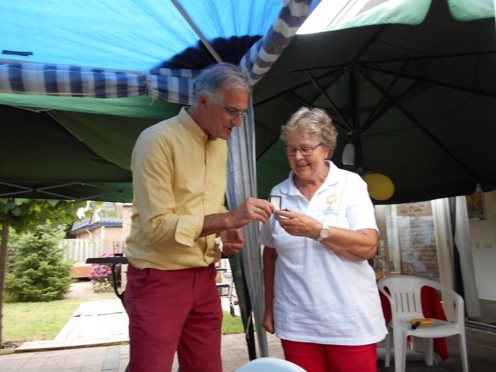Uitreiking gouden Zonnebloem-speld aan vrijwilligster Elly van Grootveld