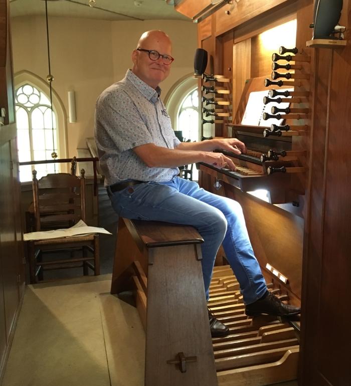 Ab Weegenaar aan het orgel Willy van Dijk-Doornenbal © BDU media