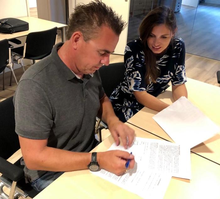Corin en Dennis van den Hoogen tekenen de pachtovereenkomst