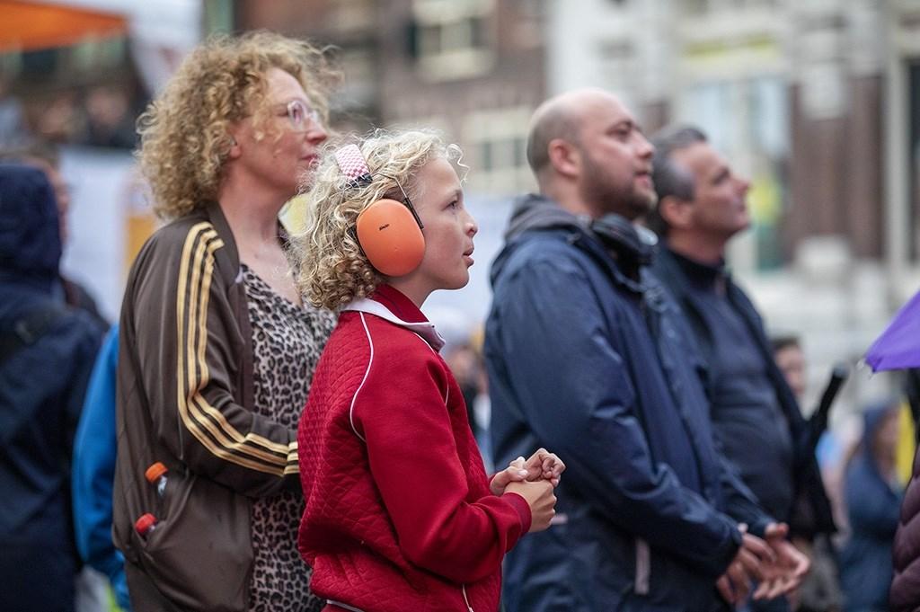 Haarlem - Op de Grote Markt van Haarlem staat deze week weer een podium voor Haarlem Jazz and More. Op woensdag bleef het helaas niet droog en heeft het een groot gedeelte van de avond geregend. Desondanks was er veel publiek op de Markt om te komen luisteren. Het optreden van Supermoon Michel van Bergen © BDU media