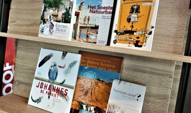 Een opstelling van boeken geschreven door schrijvers wonend in Soest.