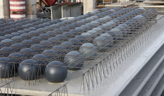 De basis van de vloeren met de beton besparing door de kunststof bollen.