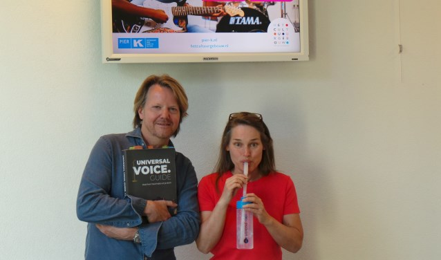 Zangdocenten Dennis Kivit en bubbelende Wies Ingwersen leggen de nieuwe zangmethode uit, waaronder dit 'bubbelen'.